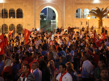 Tunisian protesters at meeting of National Constituent Assembly meeting, by Amine Ghrabi